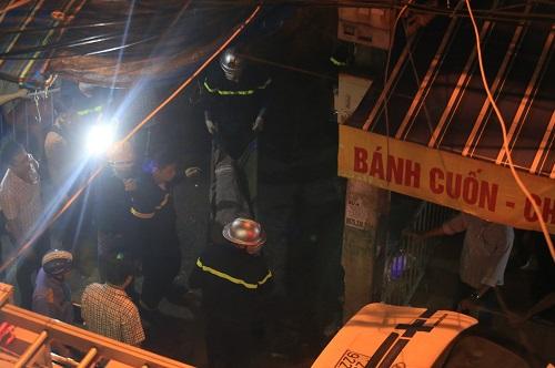 Hai thi thể được đưa ra khỏi hiện trường tối 21/9. Ảnh: Gia Chính