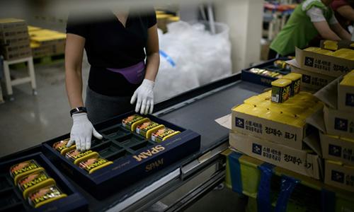Công nhân đóng hộp Spam trong nhà máy. Ảnh: AFP.