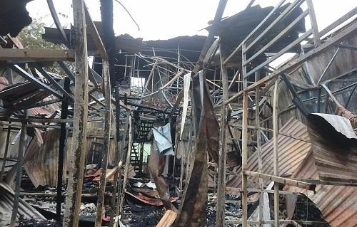 Nhiều ngôi nhà bị thiêu rụi trong vụ cháy gần Viện Nhi tối 17/9. Ảnh: A.T