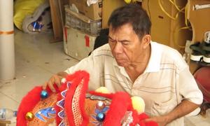 Vợ chồng cụ già 80 tuổi làm đầu lân truyền thống
