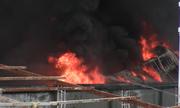 Xưởng sản xuất cây lau nhà ven Sài Gòn bốc cháy ngùn ngụt