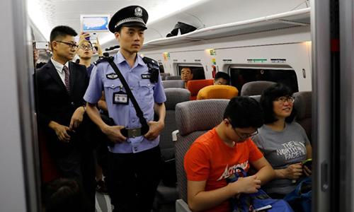 Cảnh sát đường sắt Trung Quốc đi tuần trên tàu. Ảnh: AFP.