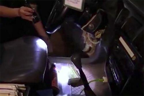 Trinh sát kiểm tra ôtô chở ma túy. Ảnh: Đ.H