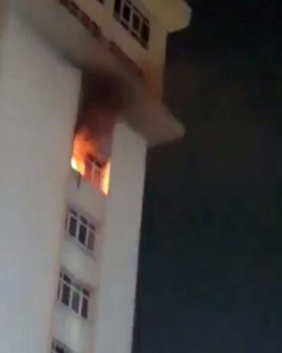 Khói lửa ngùn ngụt tại tầng 9. Ảnh: Tin Tin.