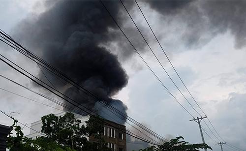 Cột khói từ vụ cháy. Ảnh: Sơn Hoà.