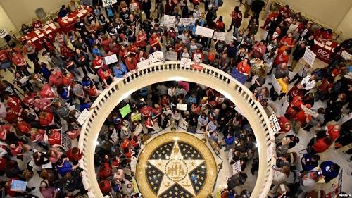 Giáo viên Oklahoma tập trung trong tòa thị chính vào ngày thứ hai của cuộc biểu tình (3/4). Ảnh: Reuters