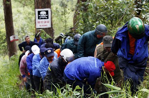 Lực lượng cứu hộ đưa thi thể nạn nhân ra khỏi thác Datanla. Ảnh: Duy Khôi