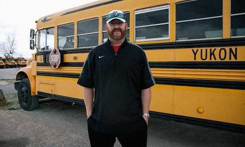Thầy giáo Toán Jonathan Moy lái xe buýt sau khi tan lớp, rồi tiếp tục với công việc trọng tài cho hai trận bóng chày. Ảnh: CNN