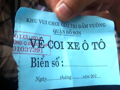 Mặc dù UBND quận Đồ Sơn đã yêu cầu Trung tâm thể thao văn hóa quận niêm yết, công khai giá tiền gửi xe theo quy định của nhà nước và thành phố Hải Phòng, xong trung tâm này không thực hiện, nhằm mục đíchchặt chém người dân và du khách đến xem hội với số tiền 150.000 đồng/ xe ô tô 4-7 chỗ ngồi và 200-250.000 đồng/ xe trên 7 chỗ. Ảnh: Giang Chinh