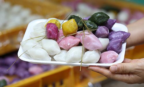 Món bánh gạo songpyeon truyền thống của Tết Trung thu ở Hàn Quốc. Ảnh: Kocis