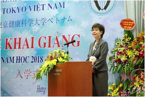Bà Dean Kusumi Man  Hiệu trưởng nhà trường phát biểu.
