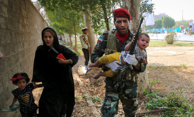 Khung cảnh hỗn loạn trong vụ xả súng tại lễ duyệt binh Iran