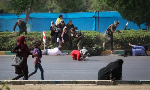 Người dân và binh sĩ Iran tìm chỗ ẩn nấp trong vụ xả súng hôm 22/9. Ảnh: ISNA.
