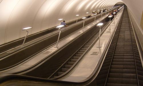 Cầu thang dẫn xuống một ga tàu điện ngầm tại Moskva. Ảnh: Wikipedia.
