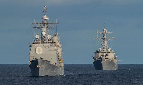 Tàu tuần dương lớp Ticonderoga (trái) và tàu khu trục lớp Arleigh Burke. Ảnh: US Navy.