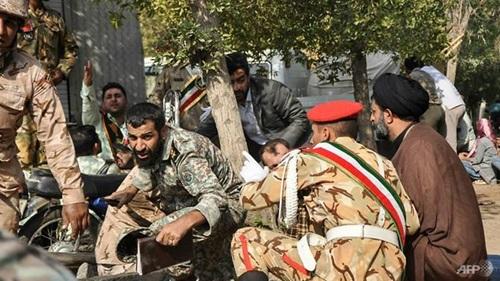 Các binh sĩ Iran ẩn náu trong vụ xả súng vào lễ duyệt binh hôm 22/9 ở thành phố Ahvaz. Ảnh: AFP.