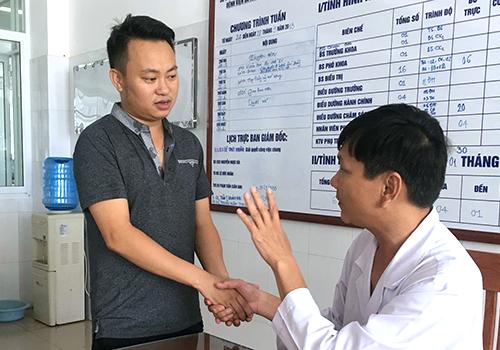 Anh Vạn cảm ơn bác sĩ Trinh đã tận tình cứu chữa. Ảnh: Ngọc Trường.