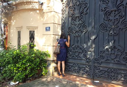Chị Huyền nhiều lần đến căn biệt thự ở quận 2 tìm con gái nhưng ông Azais không cho gặp. Ảnh: NVCC