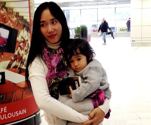 Khi sang Pháp theo đuổi vụ kiện giữa năm 2016, chị Huyền được Azais chogặp con sau 15 tháng xa cách. Ảnh: NVCC.