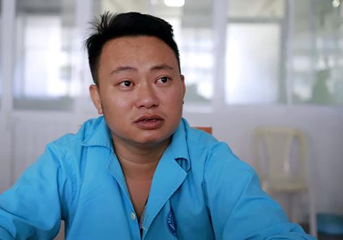 Nạn nhân Vạn kể lại vụ việc. Ảnh: Nguyễn Đông.