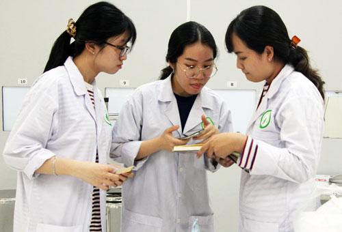 Các nghiên cứu viên trong phòng thí nghiệm của Đại học Quốc tế (Đại học Quốc gia TP HCM). Ảnh: Mạnh Tùng.