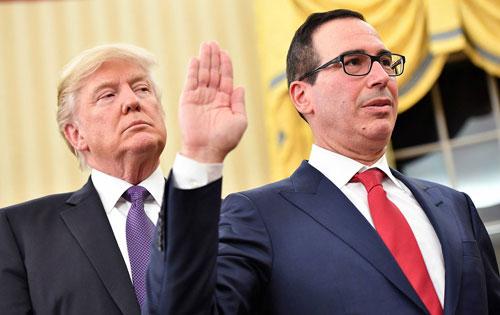 Bộ trưởng Tài chính Mnuchin (phải) tuyên thệ nhậm chức tại Nhà Trắng với sự chứng kiến của Trump hôm 13/1/2017. Ảnh: AP.