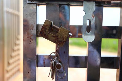 Khoá cửa dính đầy máu. Ảnh: Phạm Dự.
