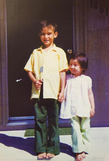 Hugh Nguyen và em gái cùng mẹ khác cha Linda những ngày đầu sang Mỹ. Ảnh: OC Register