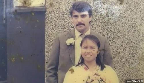 Ảnh cưới của vợ chồng Alan Hogg và Nod Suddaen thời trẻ. Ảnh: Bangkok Post.