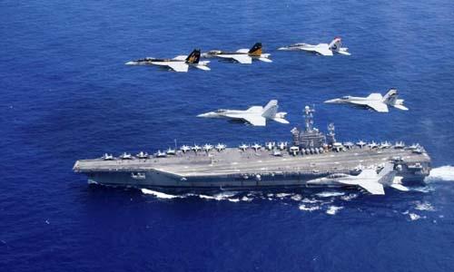 Các phi cơ Mỹ triển khai phía trên tàu sân bay USS John C. Stennis khi đi qua Biển Philippines ngày 18/6/2016. Ảnh: Reuters.