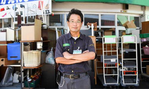 Tetsuaki Muraoka đứng trước kho thu mua đồ cũ của mình ở ngoại ô Tokyo. Ảnh: SCMP.