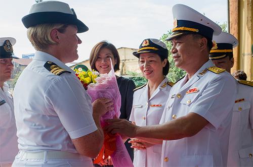 Đại diện hải quân Việt Nam tặng hoa cho hạm trưởng Lisa Hunn trong buổi đón tiếp sáng nay. Ảnh: Thành Nguyễn