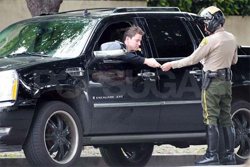 Một tài xế vi phạm bị cảnh sát ghi vé phạt ở Los Angeles, Mỹ. Ảnh: Pacific Coast News Online.
