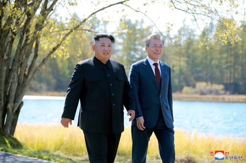 Lãnh đạo Triều Tiên Kim Jong-un (trái) và Tổng thống Hàn Quốc Moon Jae-in đi dạo tại Bình Nhưỡng trước khi ông Moon về nước hôm 20/9. Ảnh: Reuters.