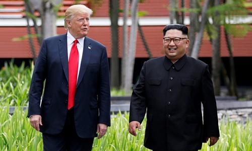 Tổng thống Mỹ Trump (phải) và lãnh đạo Triều Tiên Kim Jong-un tại Singapore hồi tháng 6. Ảnh: Reuters.