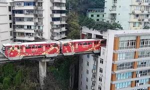 Đường tàu chạy xuyên qua chung cư 19 tầng ở Trung Quốc