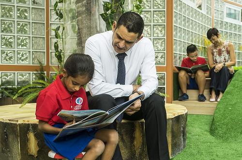 Giáo viên nước ngoài trực tiếp giảng dạy, theo sát các em trong các buổi học.