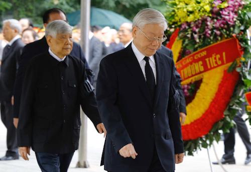 Tổng bí thư Nguyễn Phú Trọng, nguyên Tổng bí thư Lê Khả Phiêu vào viếng cố Chủ tịch nước. Ảnh: TTX