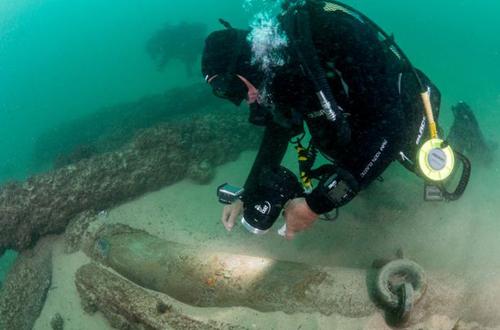 Thợ lặn tiếp cận xác tàu buôn cổ dưới đáy biển. Ảnh: Reuters.