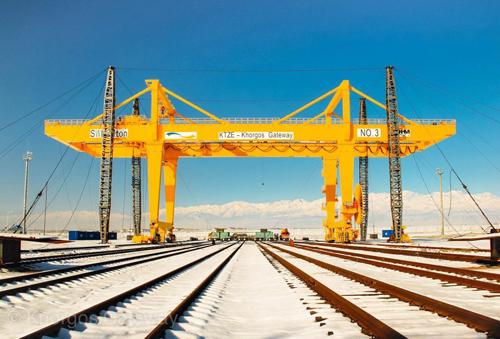 Cảng cạn Khorgos Gateway nằm trên biên giới Trung Quốc và Kazakstanđược đánh giá là trung tâm hàng hóa chính trên con đường tơ lụa mới. Ảnh: AFP.