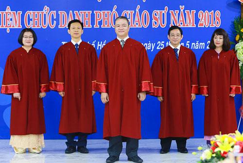Lễ bổ nhiệm chức danh Phó giáo sư thang 5/2018 tại Đại học Luật TP HCM. Ảnh: Đại học Luật TP HCM.