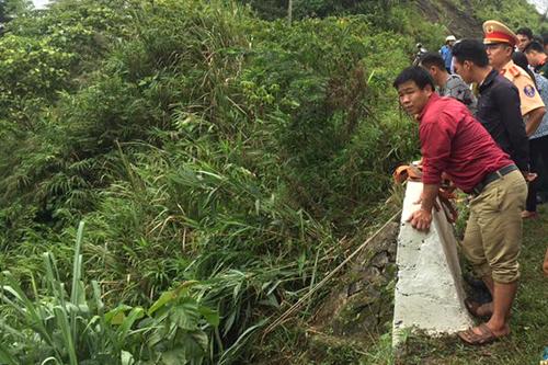 Người dân cùng công an dòng dây xuống vực cứu các nạn nhân. Ảnh: Trường Giang