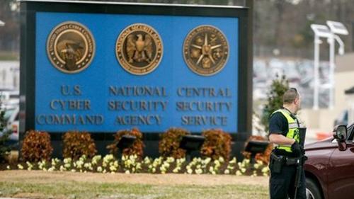 Một cảnh sát đứng trước trụ sở Cơ quan An ninh Quốc gia Mỹ(NSA) tại Fort Meade, bang Maryland năm 2015. Ảnh: AP