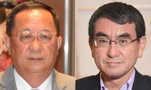 Ngoại trưởng Triều Tiên Ri Yong-ho (trái) và Ngoại trưởng Nhật Bản Taro Kono. Ảnh: Mainichi.