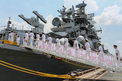 Sĩ quan hải quân Việt Nam thăm quan tàu khu trục.Ảnh: Thành Nguyễn