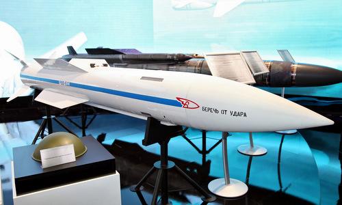 Mô hình tên lửa R-37M (RVV-BD) được Nga trưng bày. Ảnh: Vitaly Kuzmin.