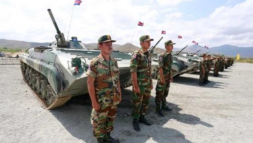 Binh sĩ Campuchia đứng trước xe tăng trong lễ khai mạc tập trận Rồng Vàng với Trung Quốc hồi tháng ba. Ảnh: Phnompenh Post.