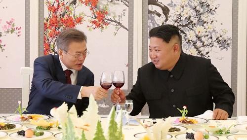 Tổng thống Hàn Quốc Moon Jae-in và lãnh đạo Triều Tiên Kim Jong-un dự tiệc chia tay tại Bình Nhưỡng hôm 20/9. Ảnh: Reuters.