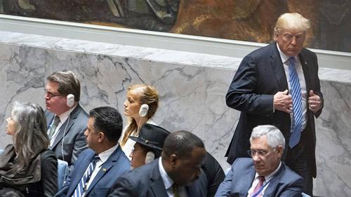 Tổng thống Mỹ Donald Trump rời đi khi đang chủ trì phiên họp của Hội đồng Bảo an Liên Hợp Quốc chiều 26/9. Ảnh: AP.