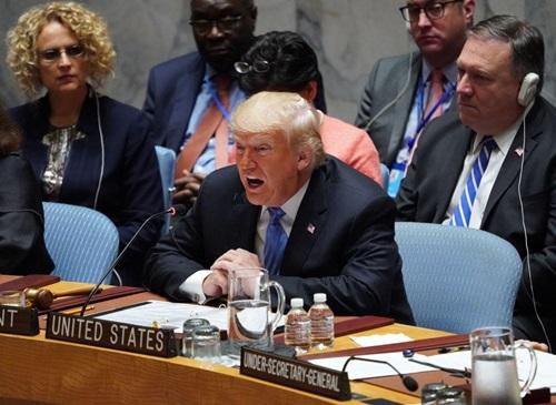 Tổng thống Mỹ Donald Trump (trước) phát biểu tại cuộc họp của Hội đồng Bảo an Liên Hợp Quốc hôm 26/9. Ảnh: AP.